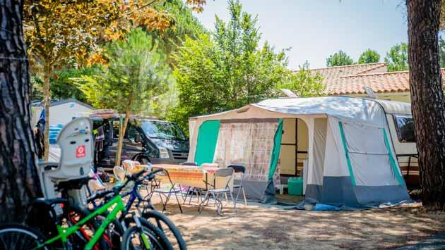 Campingplatz mit Stromanschluss